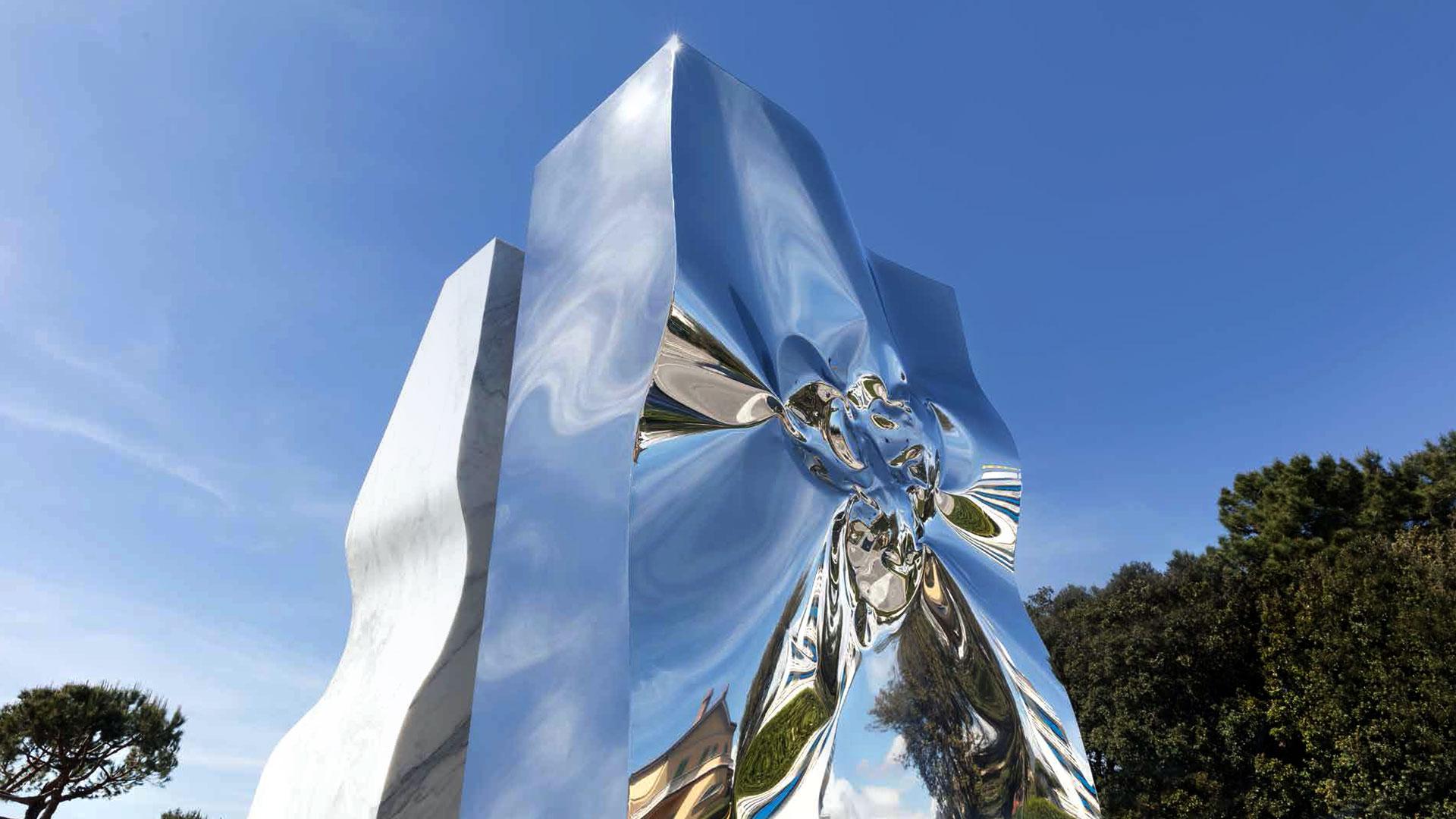helidon xhixha, scultura in acciaio su cielo blu